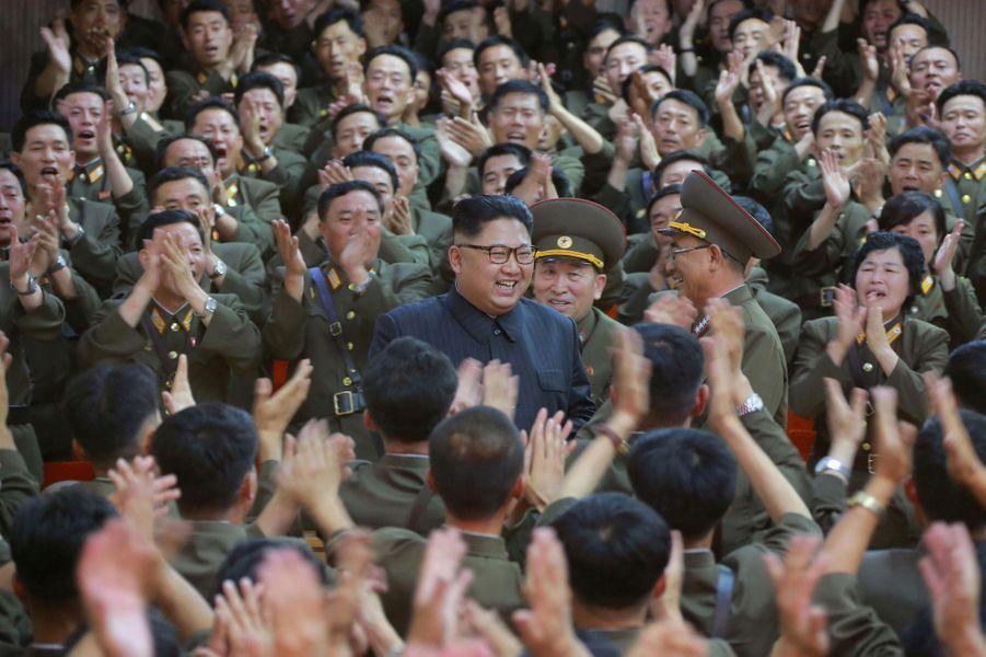 Kim Jong-un a annoncémettre sur pause le projet nord-coréen de tirer des missiles près du territoire américain de Guam.
