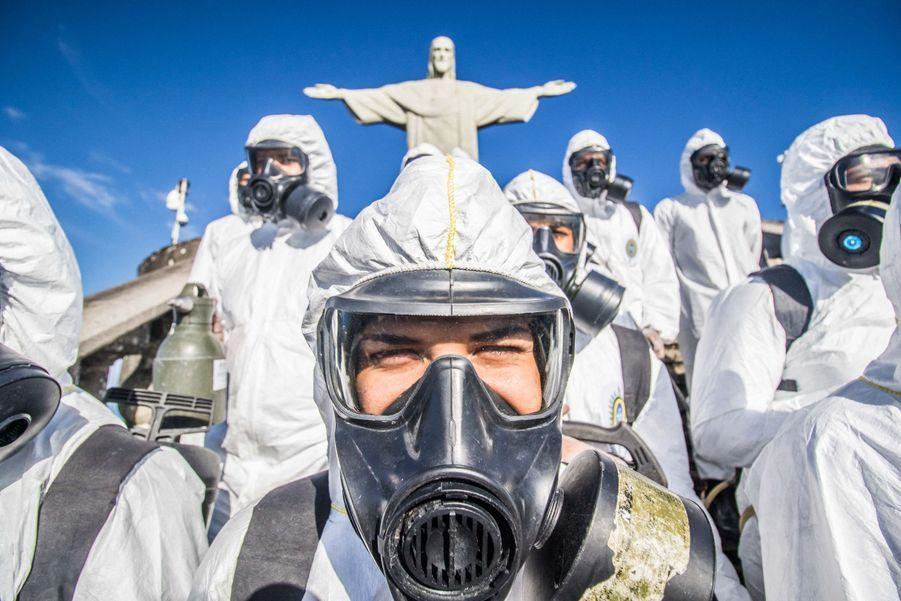 L'armée devant la statue du Christ rédempteur.