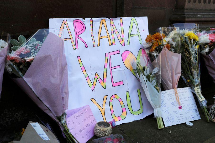 L'émotion est forte à Manchester après l'attaque terroriste qui a fait au moins 22 morts.