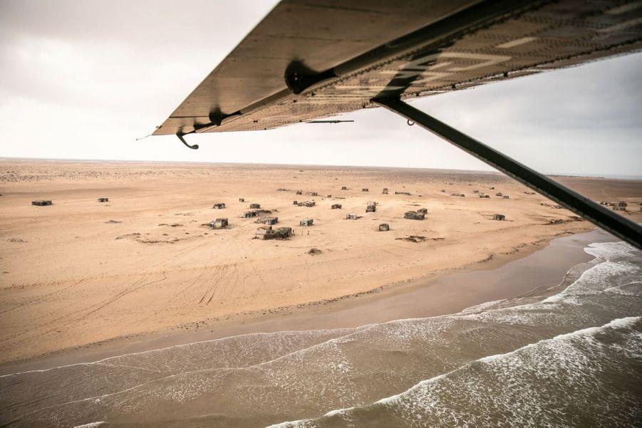 L'avion vient de décoller de Tarfaya, à côté du cap Juby, et survole les côtes du Sahara occidental, en direction de Nouadhibou, en Mauritanie.