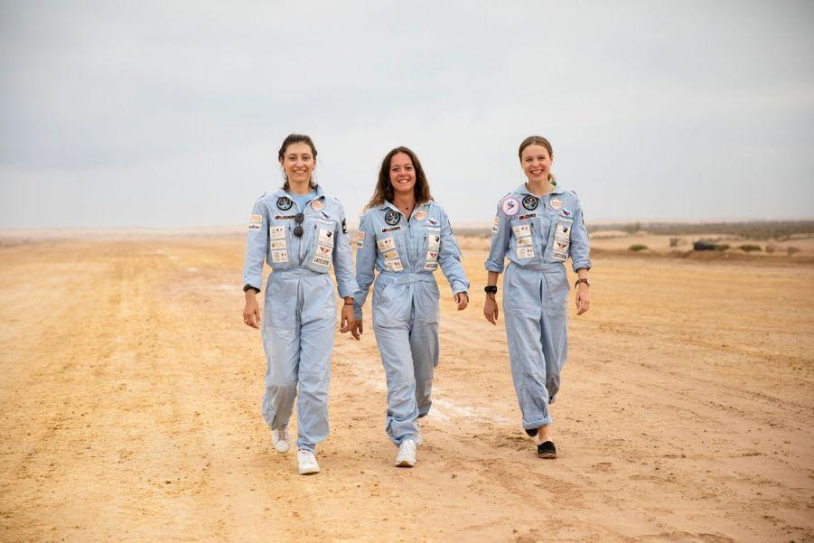 De g. à dr. : Eléanor, Julie et Albane. Elles étudient à la même école de pilotage à Montpellier.