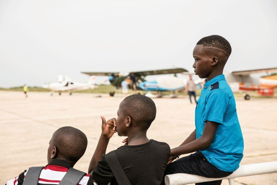 De Marrakech à Saint-Louis, des petits curieux viennent découvrir les appareils. Certains se rêvent déjà pilotes