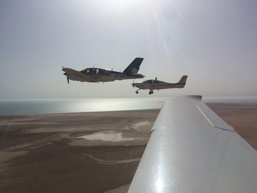 L'avion de la seule équipe féminine encadré par ceux de l'armée de l'air. Aux commandes, Eléanor, la benjamine du rallye.
