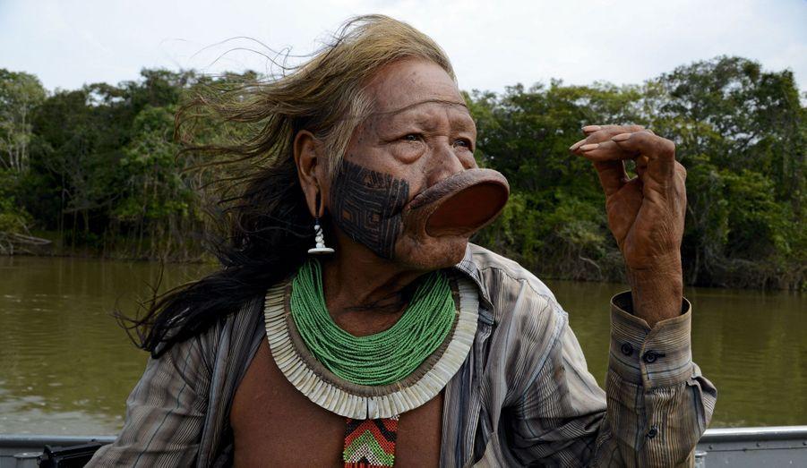 Quand il a appris que les autorités brésiliennes autorisaient la construction du complexe hydroélectrique Belo Monte, ce guerrier si fier a pleuré. Pour son peuple et pour l'humanité. Ce barrage va déplacer 40 000 Indiens et détruire 500 kilomètres carrés de forêt vierge. Sans oublier la poursuite de la déforestation du bassin amazonien... Des dommages irréversibles car cet écosystème ne peut se reconstituer. En 1989, Raoni tirait la sonnette d'alarme lors d'un tour du monde avec Sting. A plus de 80 ans, il se remet en route sous le regard inquiet de sa femme pour rejoindre le monde des Blancs (France, Allemagne, Angleterre, Suisse, Pays Bas, Monaco).