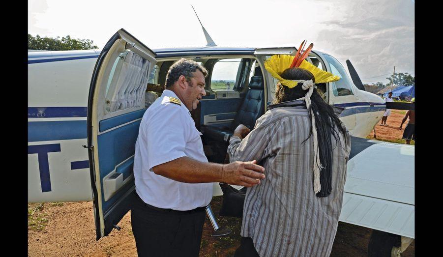Dimanche, il quitte son village à bord d'un canot sur la rivière Xingu et embarque à bord d'un avion-taxi, une des nombreuses étapes de ce voyage de trois semaines.