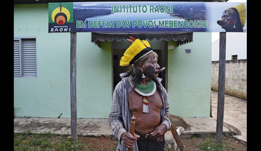 Raoni fait une halte à Colider, devant l'institut de défense des Indiens qui porte son nom, en pleine forêt.