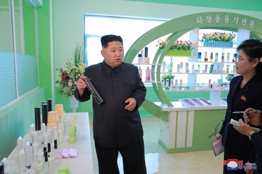 Kim Jong-un en visite dans une usine de cosmétiques de Pyongyang, le 28 octobre 2017.