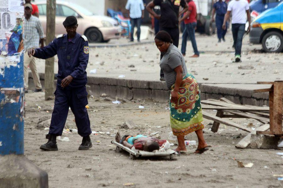 Une femme observe le corps d'une victime dans les rues de Kinshasa le 19 septembre 2016