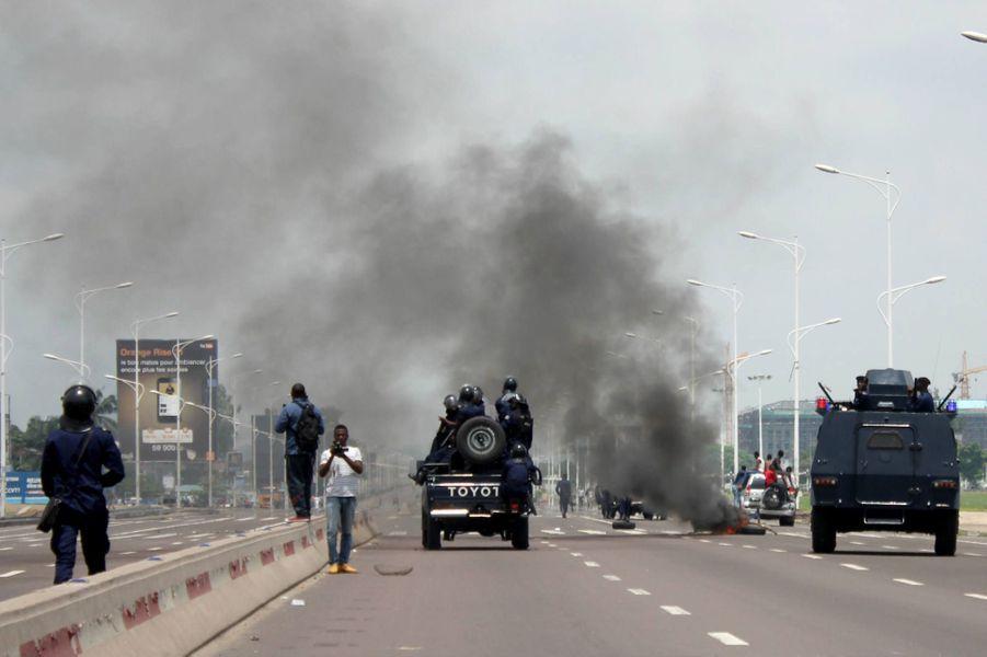 La police bloque une route dans la capitale de la RDC le 19 septembre 2016