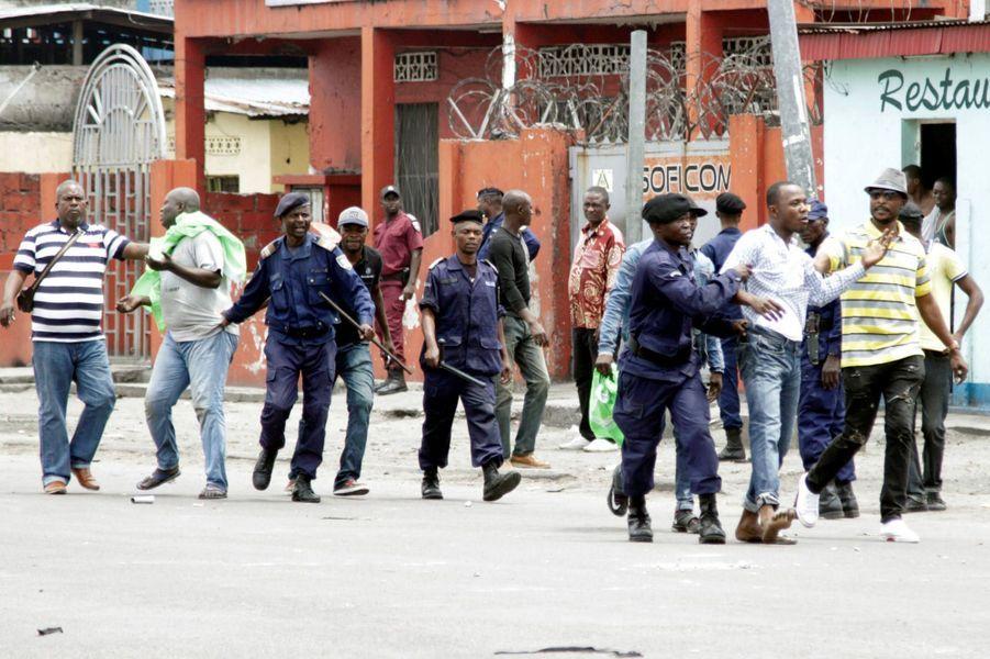 La police interpelle des partisans de l'opposition lors des manifestations le 19 septembre à Kinshasa
