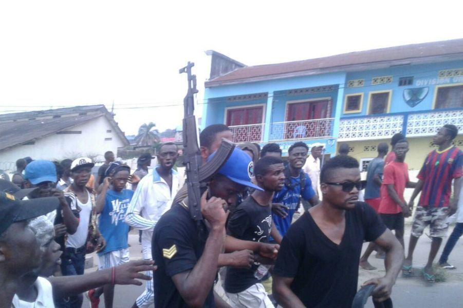 Dans la foule, un manifestant exhibe sa Kalashnikov, Kinshasa 19 septembre 2016