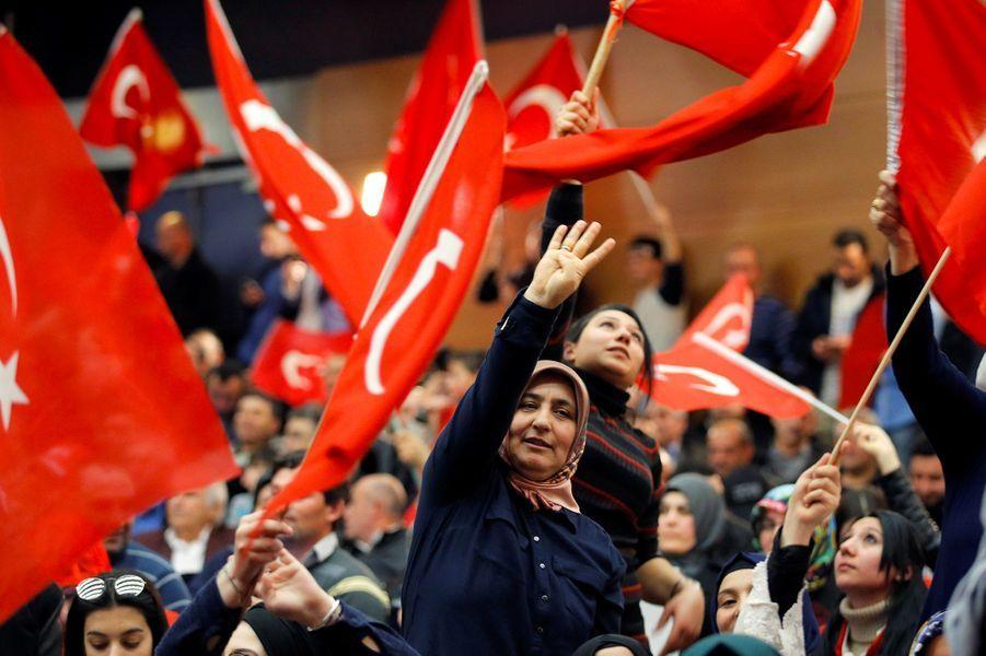 La foule lors du meeting du ministre turcMevlut Cavusogluà Metz