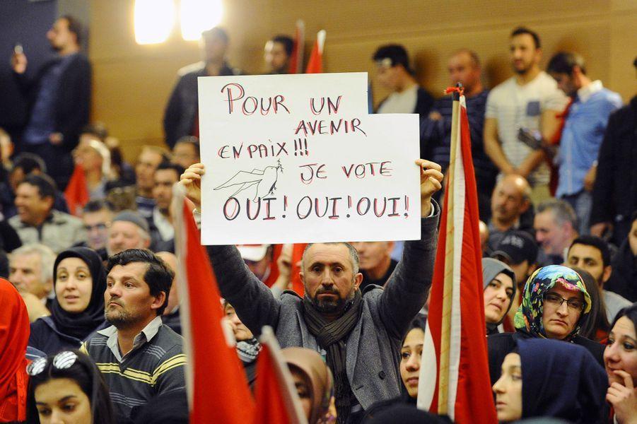 La foule lors du meeting duministre turcMevlut Cavusogluà Metz