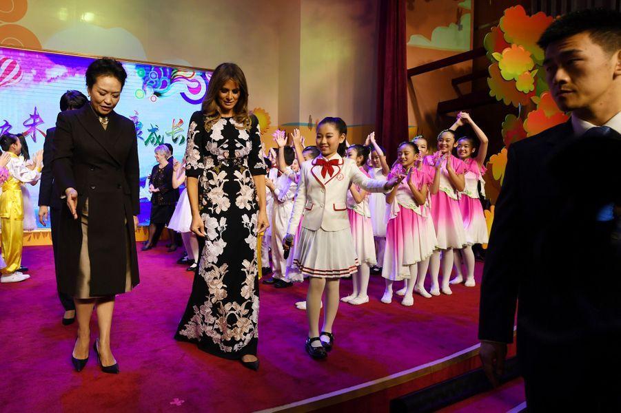 Melania Trump et Peng Liyuan à l'école élémentaireBanchang de Pékin, le 9 novembre 2017.