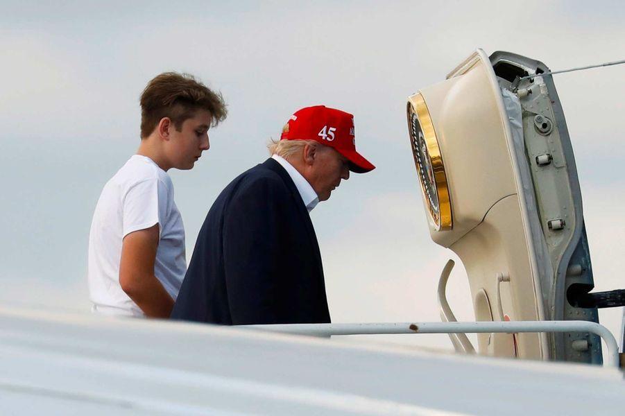 Donald et Barron Trump montant à bord d'Air Force One, le 1er décembre 2019.