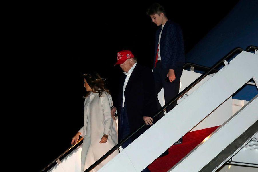 Barron, Donald et Melania Trump descendant d'Air Force One, le 1er décembre 2019.