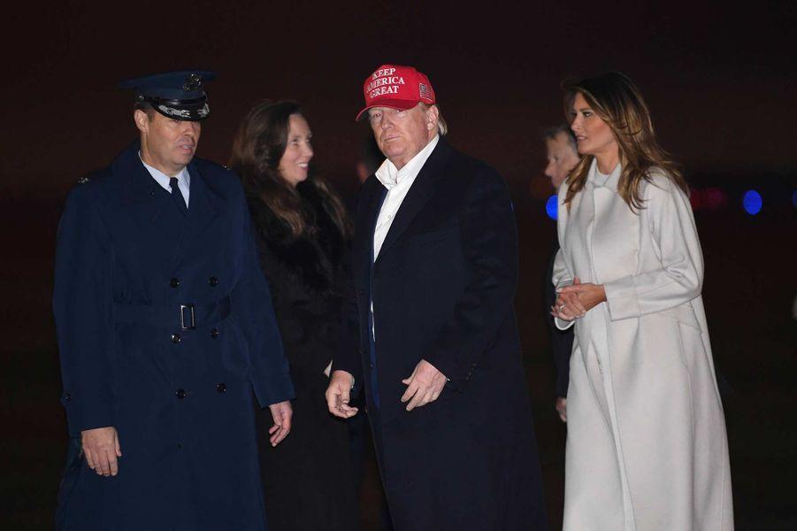 Barron, Donald et Melania Trump sur le tarmac de la base aérienne Andrews, le 1er décembre 2019.