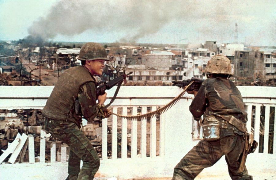 Des soldats sud-vietnamiens en pleine riposte, dans les rues de Saigon, le 1er janvier.