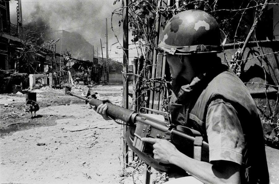 Un soldat sud-vietnamien en pleine guérilla urbaine.