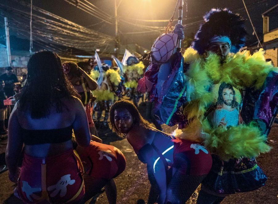 Osé ou sacré : chez les Cobras, les filles arborent des mains aux fesses et les hommes un Christ disco.