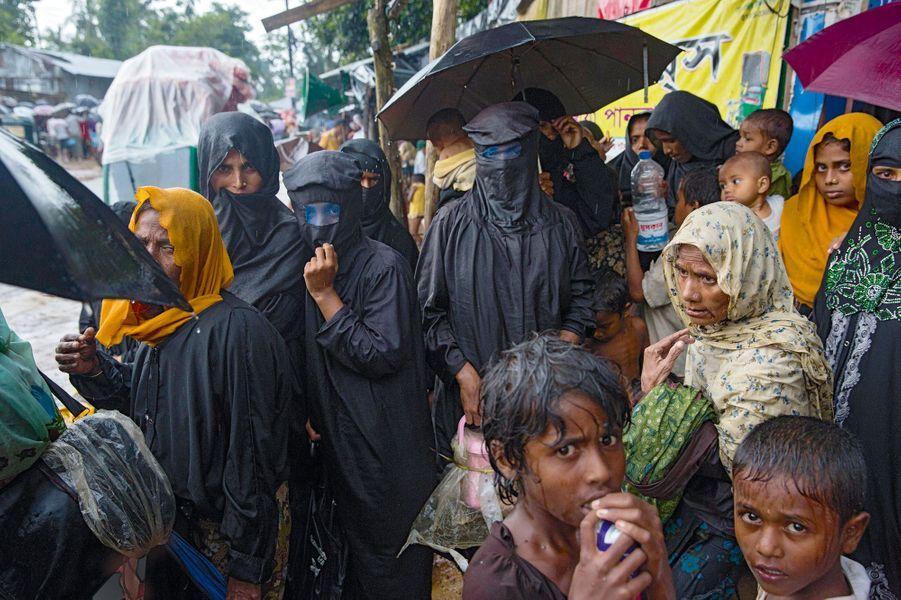 Près du camp de Kutupalong de nouveaux arrivants. Quelques femmes portent la burqa.