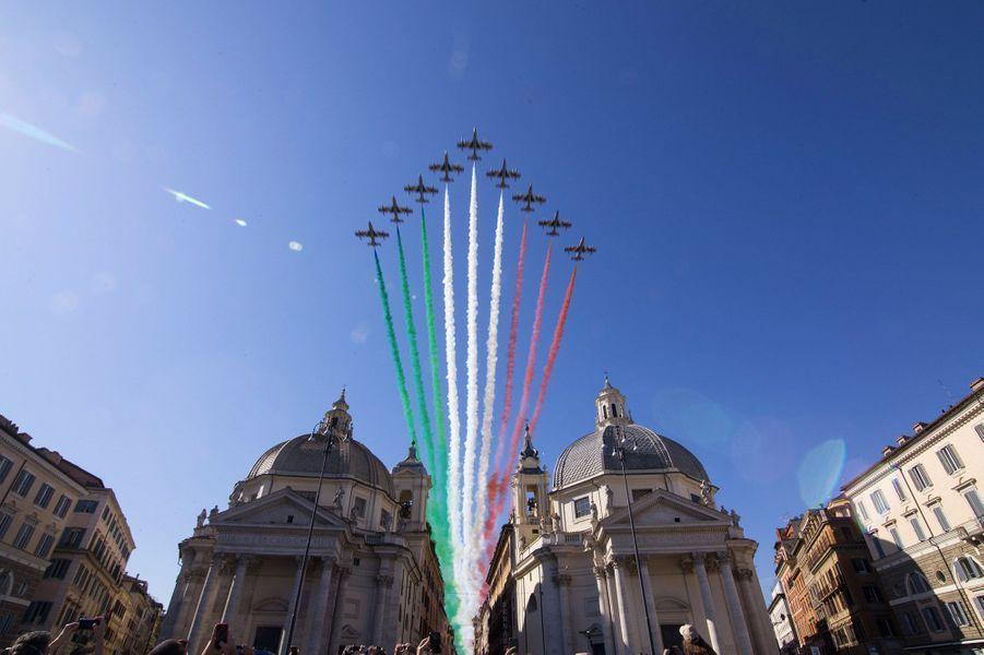 Les neuf Aermacchi MB-339A PAN de la Frecce Tricolori ont survolé Rome, le 02 juin 2020.