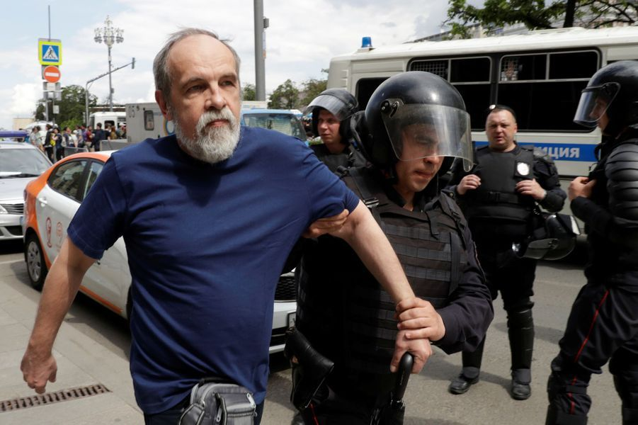 Plusieurs centaines de partisans de l'opposant russe Alexeï Navalny ont été arrêtés à Moscou, le 12 juin 2017.