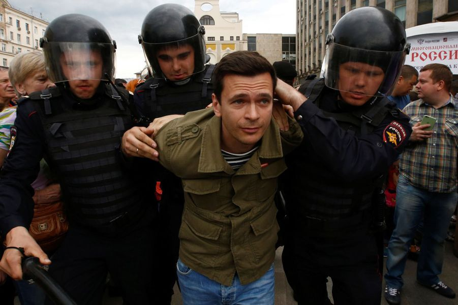 Plusieurs centaines de partisans de l'opposant russe Alexeï Navalny, comme iciIlya Yashin,ont été arrêtés à Moscou, le 12 juin 2017.