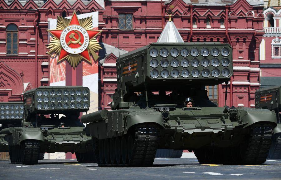 Les lance-roquettes multiples TOS-1A défilent.
