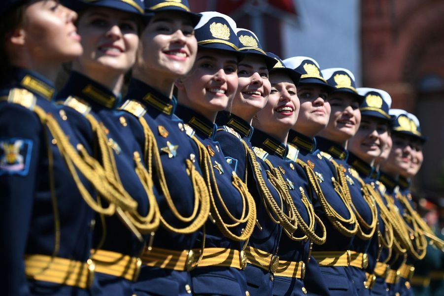 Les soldates défilent pendant les commémorations du Victory Day en Russie.