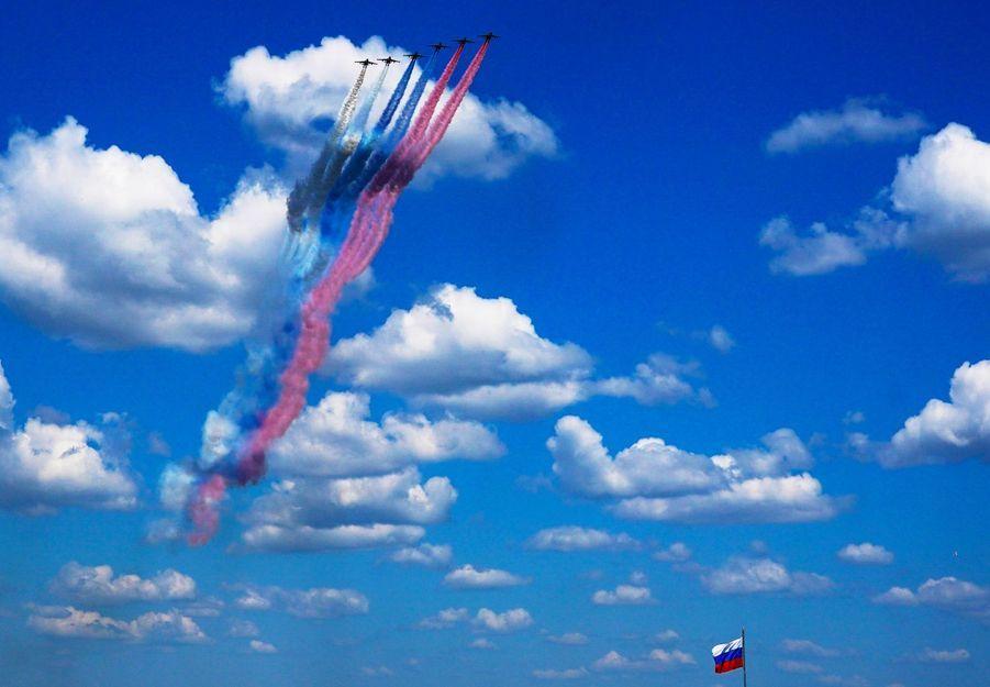 Les avions Su-25 survolent le Kremlin et diffusent leur fumée aux couleurs du drapeau russe.
