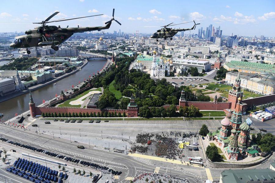 Des hélicoptères militairesMi-8 volent en groupe au dessus de la place rouge.