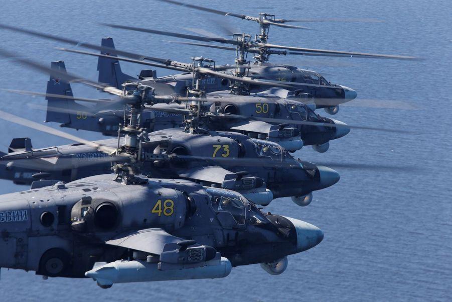 Les hélicoptères militaires Ka-52 volent au dessus de la place rouge à Moscou.