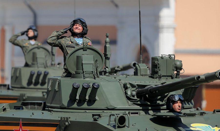 Défilé des soldats russes sur la place rouge.