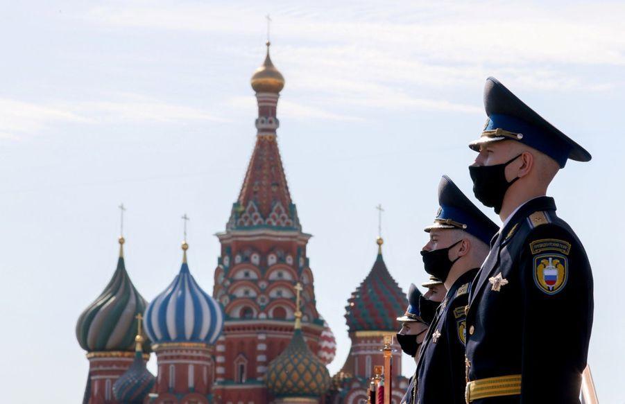 Des soldats du régiment présidentiel se tiennent prêts avant le défilé de commémoration du Victory day.