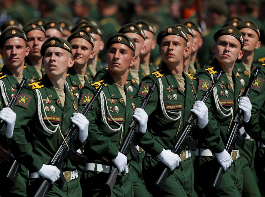 Les soldats russes défilent sur la place rouge.