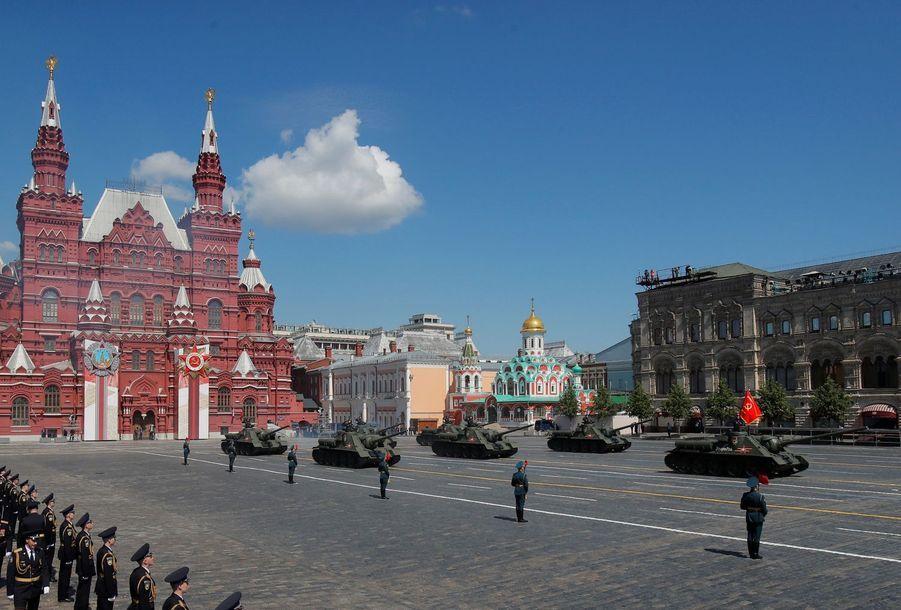 Les tanks soviétiques SU-100 défilent pour les commémorations du Victory Day à Moscou le 24 juin 2020.