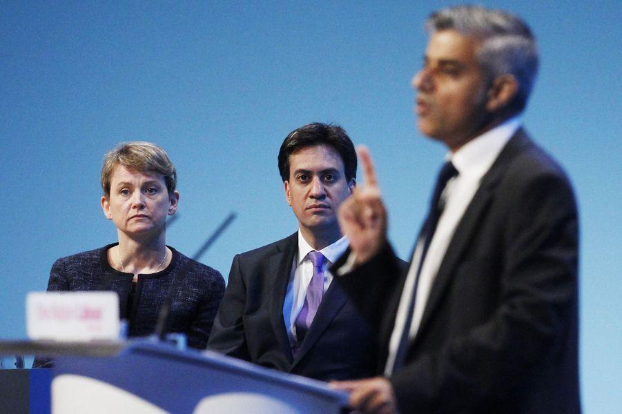 Yvette Cooper et Ed Miliband écoutent Sadiq Khan à une conférence du Parti travailliste, le 25 septembre 2013.
