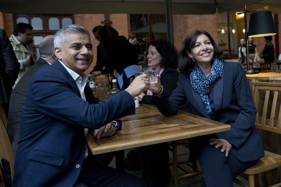La maire de Paris Anne Hidalgo s'est rendue à Londres, où elle a rencontré le nouveau maire de la ville, Sadiq Khan, mardi 10 mai 2016.