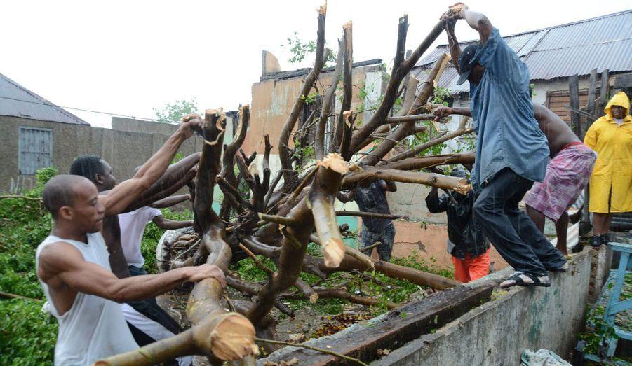 L'ouragan Sandy s'est renforcé en catégorie 2 et a commencé à se diriger vers Cuba ce jeudi. Au moins 55 000 personnes ont été évacuées dans le pays, principalement à cause des inondations redoutées en raison des précipitations, qui pourraient atteindre 50 cm à certains endroits. Avant d'arriver à Cuba, Sandy a ravagé la Jamaïque et la République Dominicaine et fait au moins deux morts.