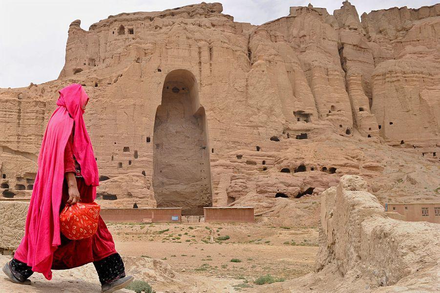 1er août 2010, une femme afghane traverse les ruines de la ville deBâmiyân.
