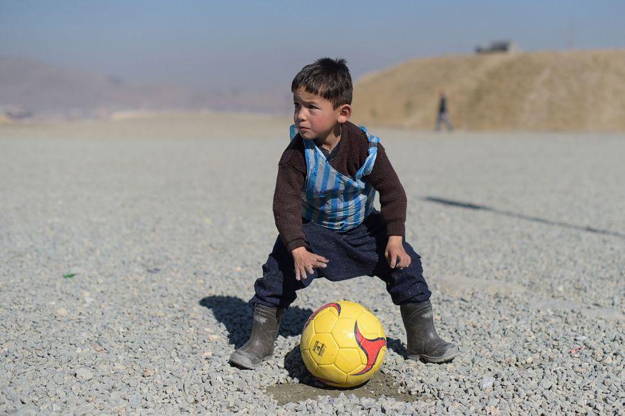 1er février 2016, le petit Murtaza, fan de Lionel Messi, est photographié après que son histoire a ému le monde entier. La star du football lui avait envoyé un maillot.