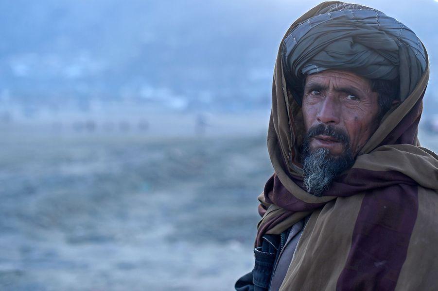 14 décembre 2015, un vendeur attend ses clients, alors que l'hiver est tombé sur la région de Kaboul.