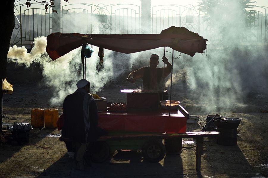 5 août 2015, un vendeur afghan prépare à manger pour un client.