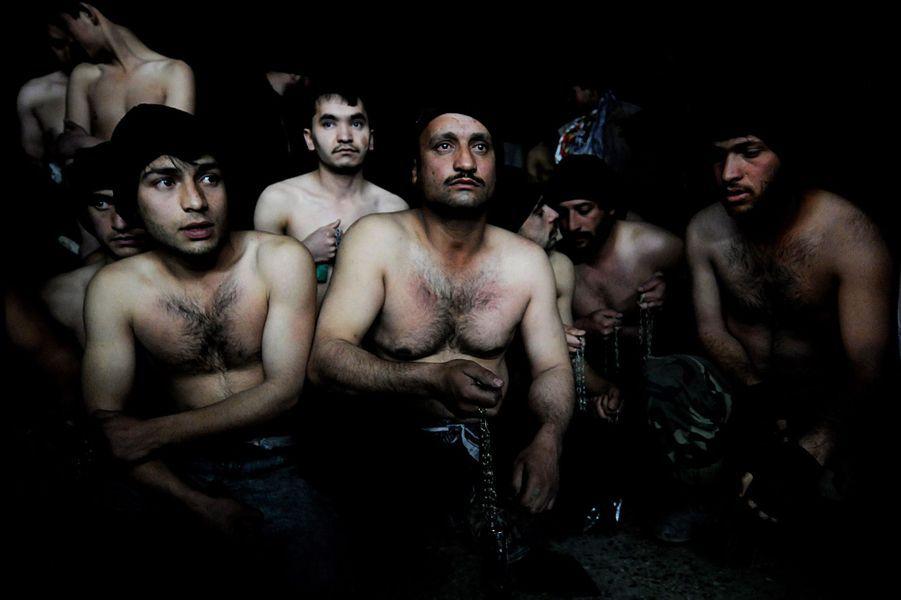 15 janvier 2008, plusieurs hommes prennent part à un rituel d'auto-flagellation lors du festival d'Achoura, dans une mosquée de Kaboul.