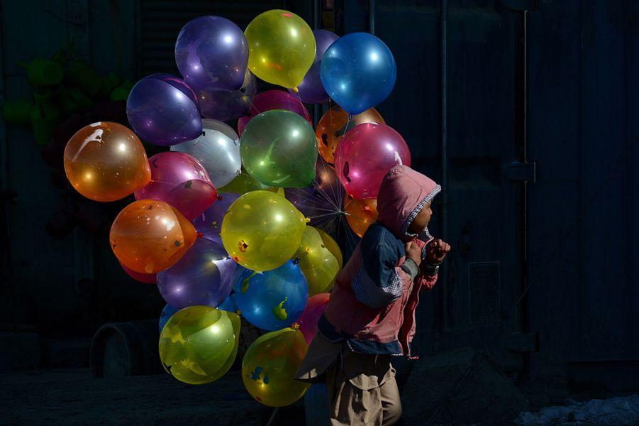 7 février 2013, un petit vendeurs de ballons se promène à Kaboul.