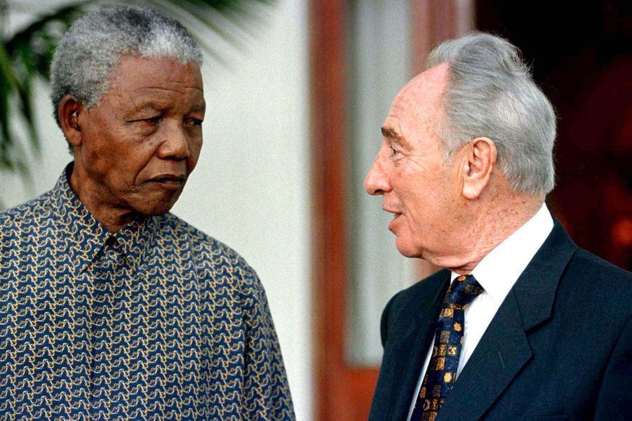 Nelson Mandela et Shimon Peres, en octobre 1996.