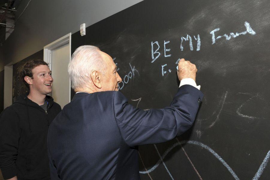 Mark Zuckerberg et Shimon Peres, en mars 2012.