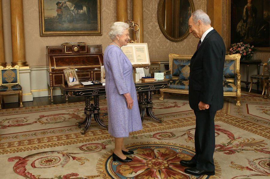 Elizabeth II et Shimon Peres, en novembre 2008.
