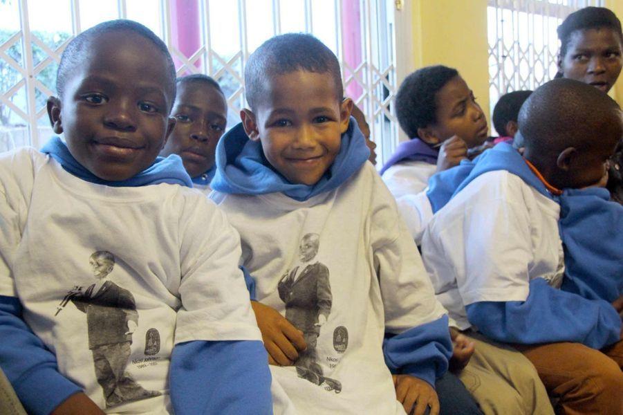Des enfants de l'orphelinat Nkosi portent un T-Shirt hommage au jeune Nkosi Johnson